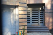 In our offer you will find aluminium external doors, glass doors, sliding, entrance, patio, traditional and modern models as well as the anti-theft and the fireproof solutions, all available in various colours and sizes.